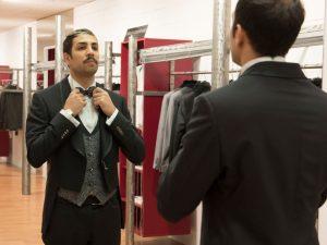 Uno sposo allo specchio con abito lubiam magico si