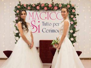 coppia di spose con abiti da sposa romantici e fiori magico si
