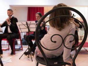 Bambina che ascolta quartetto d'archi musica per matrimoni