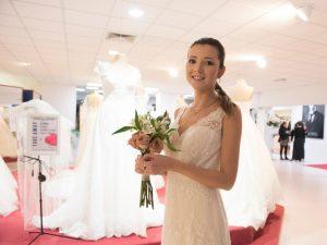 Sposa sorridente con abito Magico Si e fiori