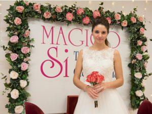 Sposa abito Magico Si con cornice di fiori