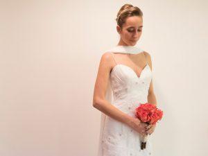Sposa con abito a sirena ricamato e bouquet