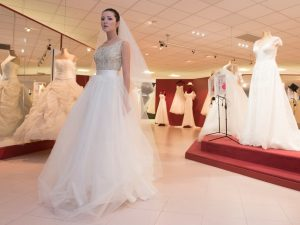 Sposa con gonna in tulle e velo